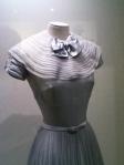 Peu de temps après son arrivée à Monaco, Grace a mis cette robe pour l'ouverture officielle des cadeaux de mariage.