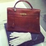 Le sac Kelly, par Hermès et les gants blancs.