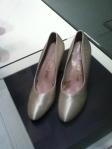Des chaussures personnalisées et identifiées. Toutes ses chaussures sont ainsi, du moins celles exposées au McCord.