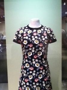 lors de son apparition publique au pavillon monégasque de l'Expo 67, Grace était vêtue de cette robe. Une confection simple, couverte de fleurs de fantaisie tridimensionnelles brodées, création bien au goût du temps. Grace Kelly fréquentait également les maisons de couture de son coin de pays :Marie-Thérèse est établie à Nice.