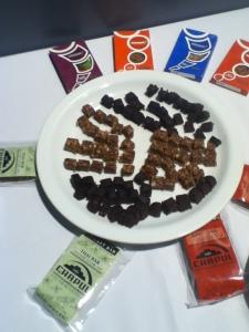Bouchées sucrées à  base de ténébrions et insectes, variés, en boîte pour collation. Ça vaut mieux que les chips en terme de protéines!